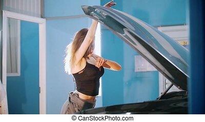 ferme, voiture, il, penche, mécanicien, sexy, girl, ouvrez capuchon