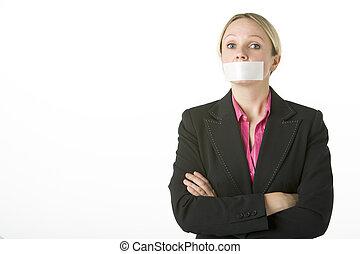 fermer, elle, femme affaires, bras pliés, enregistré, bouche