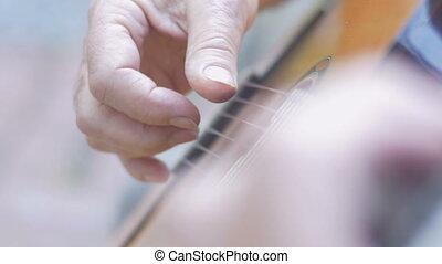 fermeture extrême haut, de, a, personne agee, mains homme, doigt, cueillette, et, jeu guitare