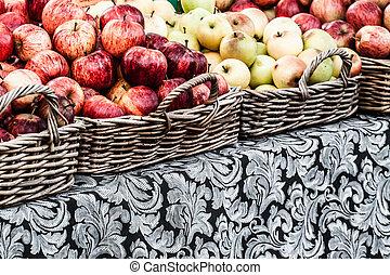 fermier, paniers, pommes, frais, exposer, marché