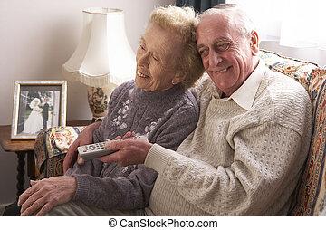 fernsehapparat, daheim, paar, älter, aufpassen