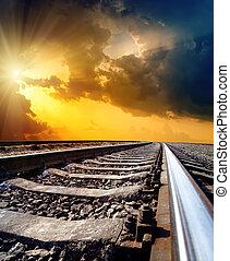 ferrocarril, a, horizonte, debajo, cielo dramático, con, sol