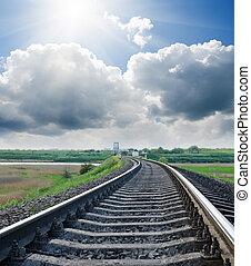 ferrocarril, a, horizonte, debajo, cielo nublado