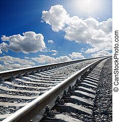 ferrocarril, a, horizonte, debajo, cielo nublado, con, sol