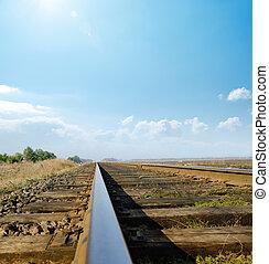 ferrocarril, a, horizonte, debajo, soleado, cielo