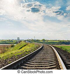 ferrocarril, primer plano, a, horizonte, y, cielo dramático, con, sol