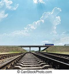 ferrocarril, va, a, horizonte, debajo, puente, con, automóviles
