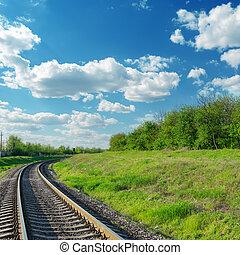 ferrocarril, va, a, horizonte, en, paisaje verde, debajo, cielo azul, con, nubes