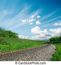 ferrovia, a, orizzonte, e, cielo nuvoloso