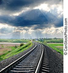 ferrovia, a, orizzonte, sotto, cielo nuvoloso
