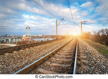 ferrovia, em, sunset., estação de comboios, contra, azul, céu nublado