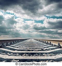 ferrovia, primo piano, a, orizzonte, sotto, cielo drammatico