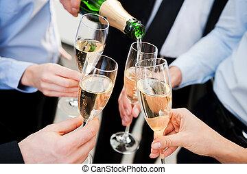 festeggiare, grande, success., primo piano, di, persone affari, presa a terra, flauti, con, champagne, e, tostare