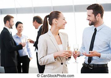 festeggiare, loro, comune, success., due, allegro, persone affari, bere, champagne, e, parlare, mentre, altro, persone, comunicare, in, il, fondo