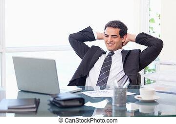 fesztelen, üzletember, dolgozó, noha, egy, laptop