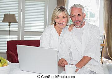 fesztelen, megfontolt összekapcsol, noha, laptop, otthon