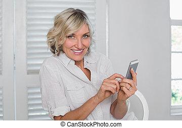 fesztelen, megfontolt woman, szöveg messaging, otthon