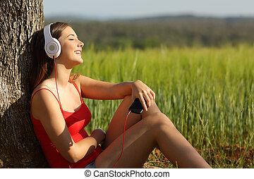fesztelen, mező, zene hallgat, zöld, leány