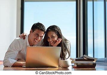 fesztelen, young párosít, munka on, laptop computer, otthon
