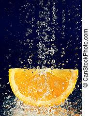fetta, di, arancia, con, fermato, movimento, gocce acqua,...