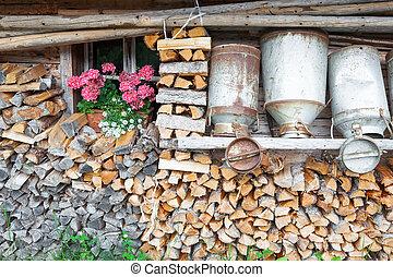 feuerholz, altes , milchdosen