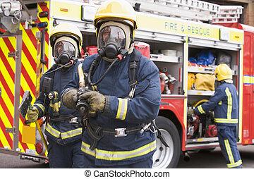 feuerwehrmänner, in, schützende arbeitskleidung