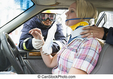 feuerwehrmänner, portion, ein, verletzte frau, auto