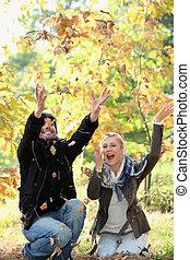 feuilles automne, couple, jouer