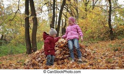 feuilles, automne, sauter, tas, sourire, enfants