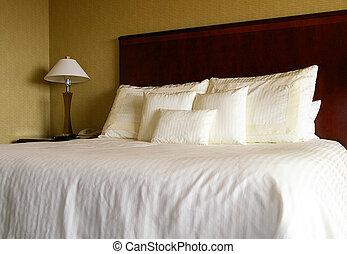 feuilles, blanc, oreillers, lit