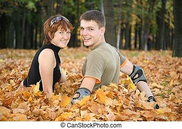 feuilles, couple, jeune, jaune, asseoir