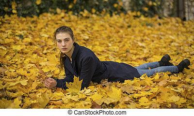 feuilles, girl, jeune, mensonge
