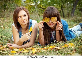 feuilles, jaune, filles, deux, plaisanterie