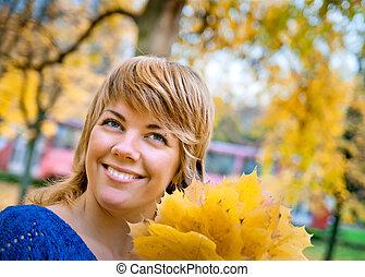 feuilles, jeune, automne, fille souriante, érable