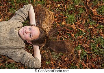 feuilles, jeune, automne, park., jolie fille, baissé, mensonge, terrestre