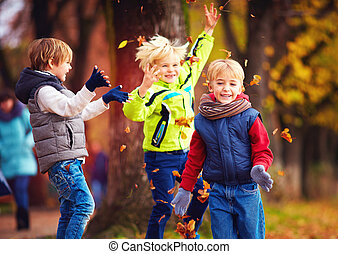 feuilles, parc, automne, amis, écoliers, amusement, baissé, avoir, heureux