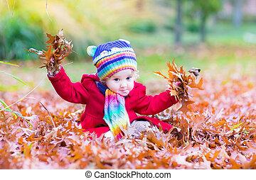 feuilles, parc, automne, girl, enfantqui commence à marcher, adorable, jouer, rouges