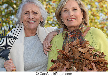 feuilles, ratisser, deux femmes