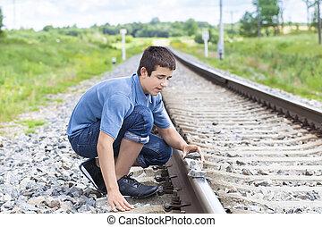 fiú, őt becsül, csiszol, sín, vasút