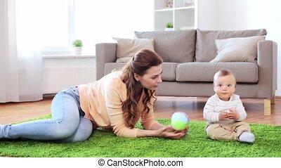 fiú, anya, csecsemő, otthon, játék, boldog