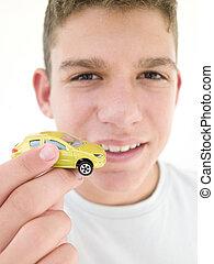 fiú, apró autó, fiatal, birtok, mosolygós
