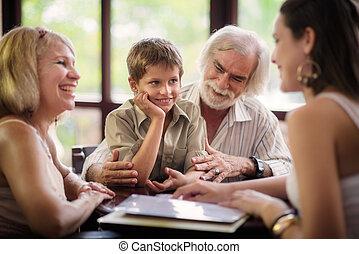 fiú, boldog, bár, szülők, nagyszülők