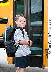fiú, előtt, iskolabusz