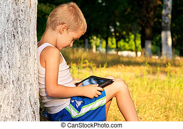 fiú gyermekek, játék, noha, tabletta pc, külső, noha, erdő, háttér, computer játék, függés, fogalom