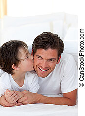 fiú, kevés, övé, atya, ágy, csókolózás, fekvő