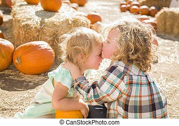 fiú, kevés, övé, kellemes, megcsókol, lánytestvér, folt, csecsemő sütőtök