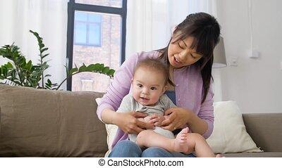 fiú, kevés, fiatal, anya, csecsemő, otthon, boldog