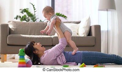 fiú, kicsi anya, csecsemő, otthon, játék, boldog