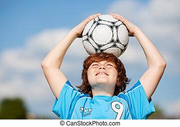 fiú, kitart futball labda, képben látható, fej, ellen, ég
