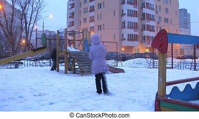 fiú lány, játék, alatt, játszótér, város, alatt, tél, idő...